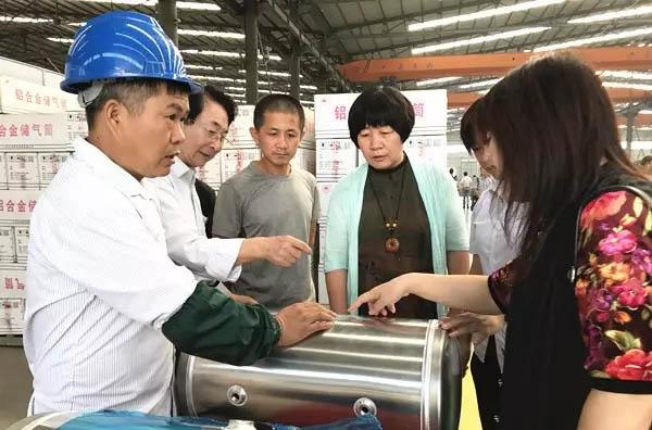 山东省装备制造业协会会长高玲(左四)参观水泊焊割产品